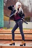 Довольно белокурая девушка в представлять outdoors Стоковое Изображение