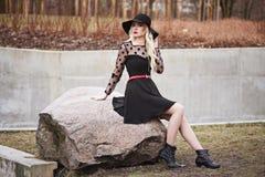 Довольно белокурая девушка в представлять outdoors Стоковое Фото