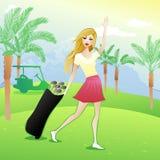 Довольно белокурая девушка развевая на поле для гольфа бесплатная иллюстрация