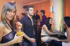 Довольно белокурая женщина имея коктеиль в ночном клубе Стоковое Изображение RF
