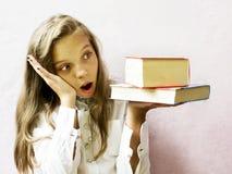 Довольно белокурая школьница девушки с книгами и яблоком Образование Стоковые Изображения