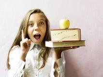 Довольно белокурая школьница девушки с книгами и яблоком Образование Стоковое Изображение RF