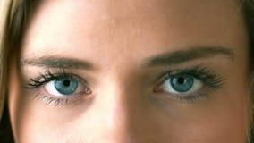 Довольно белокурое отверстие она глаза закрывает вверх видеоматериал