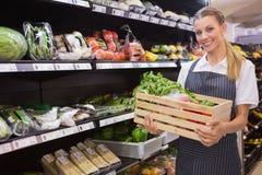 Довольно белокурые коробки нося свежих овощей Стоковые Изображения RF