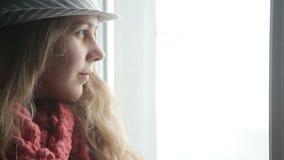 Довольно вскользь женщина стоя на окне, нося шляпе акции видеоматериалы