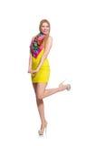 Довольно высокорослое изолированное платье желтого цвета женщины вкратце Стоковая Фотография
