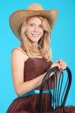 Довольно 13 годовалых девушки нося большую неповоротливую солому греют на солнце шляпа Стоковые Изображения