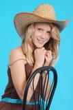 Довольно 13 годовалых девушки нося большую неповоротливую солому греют на солнце шляпа Стоковая Фотография