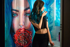 Довольно, губная помада румян молодой женщины красная перед ее зеркалом ванной комнаты Пермь волос Занавесы ливня с картиной иску стоковая фотография rf