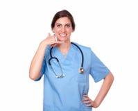 Довольно женская медсестра с пальцем вызывая жест Стоковое фото RF