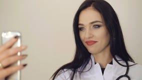 Довольно женская сеть доктора советуя с с пациентом 4K видеоматериал