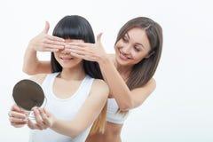 Довольно женские друзья подготавливают на дата Стоковые Изображения