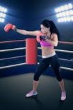 Довольно женский боксер воюя в кольце Стоковые Фотографии RF