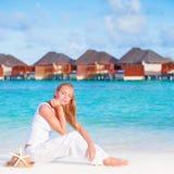 Довольно женский на роскошном пляжном комплексе стоковые изображения