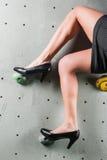 Довольно женский работник офиса на стене тренировки стоковое изображение rf