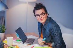 Довольно женский фрилансер делает обработку документов стоковое изображение