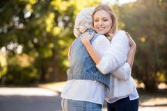 Довольно красивая девушка обнимая ее мать Стоковая Фотография RF