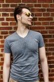 Довольно красивый битник молодого человека с laughi солнечных очков усмехаясь Стоковые Изображения