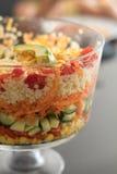 Довольно красочный наслоенный салат в стеклянном шаре пустяка Стоковая Фотография RF