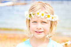 Довольно маленькая белокурая девушка с кроной маргариток Стоковая Фотография