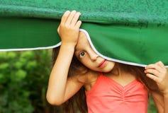 Довольно маленькая удивленная девушка в дожде Стоковая Фотография