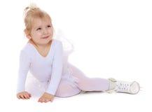 Довольно маленький белокурый конькобежец девушки Стоковые Изображения