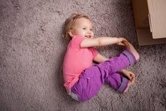 Довольно маленький ребенок делает потеху на поле Стоковая Фотография