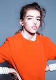 Довольно модная девушка в оранжевой куртке Стоковое Фото
