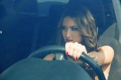 Довольно модное катание девушки в автомобиле и смотреть прочь Стоковое фото RF