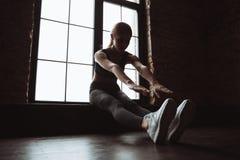 Довольно молодая дама фитнеса делает тренировки спорта в спортзале Стоковые Фото