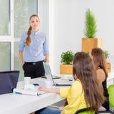 Довольно молодая бизнес-леди давая представление в конференции или встречая установку Концепция людей и сыгранности - счастливая Стоковые Изображения