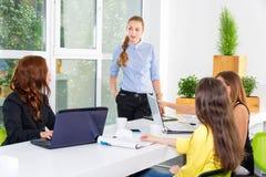 Довольно молодая бизнес-леди давая представление в конференции или встречая установку Концепция людей и сыгранности - счастливая Стоковое Фото