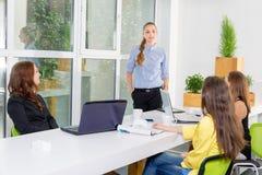 Довольно молодая бизнес-леди давая представление в конференции или встречая установку Концепция людей и сыгранности - счастливая Стоковые Изображения RF