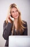 Довольно молодая бизнес-леди имеет звонок стоковые фото