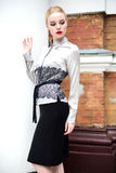 Довольно молодая бизнес-леди нося официально одежды Стоковое Изображение RF