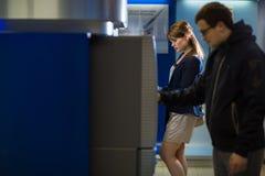 Довольно, молодая женщина разделяя деньги от ее кредитной карточки внутри на Стоковая Фотография RF