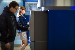 Довольно, молодая женщина разделяя деньги от ее кредитной карточки Стоковое фото RF