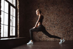 Довольно молодая женщина фитнеса делает тренировки спорта в спортзале Стоковое Изображение