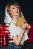 Довольно молодая красивая девушка с макаронными изделиями внутри стоковые фото