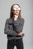 Довольно молодая модельная девушка с черными солнечными очками Стоковая Фотография RF