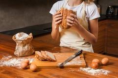Довольно молодая домохозяйка с хлебом в ее руках стоковые фотографии rf