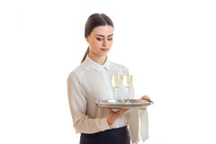 Довольно молодая официантка с trey в руках в форме Стоковая Фотография