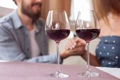Довольно молодая любящая пара датирует в ресторане Стоковое Фото