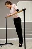Довольно молодой грациозно артист балета нагревает в классе балета Стоковые Фото