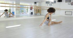Довольно молодой женский танцор в студии акции видеоматериалы