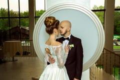 Довольно молодые как раз merried пары в влюбленности смотря каждые другие Стоковые Изображения RF