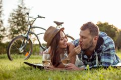 Довольно молодые любовники датируют в парке Стоковое Фото