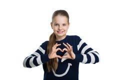 Довольно предназначенная для подростков девушка держа сердце рук стоковое фото