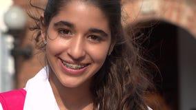Довольно предназначенная для подростков девушка усмехаясь с расчалками Стоковые Фото