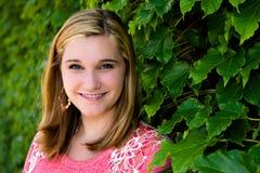 Довольно предназначенный для подростков свитер пинка девушки & зеленый плющ Стоковые Изображения